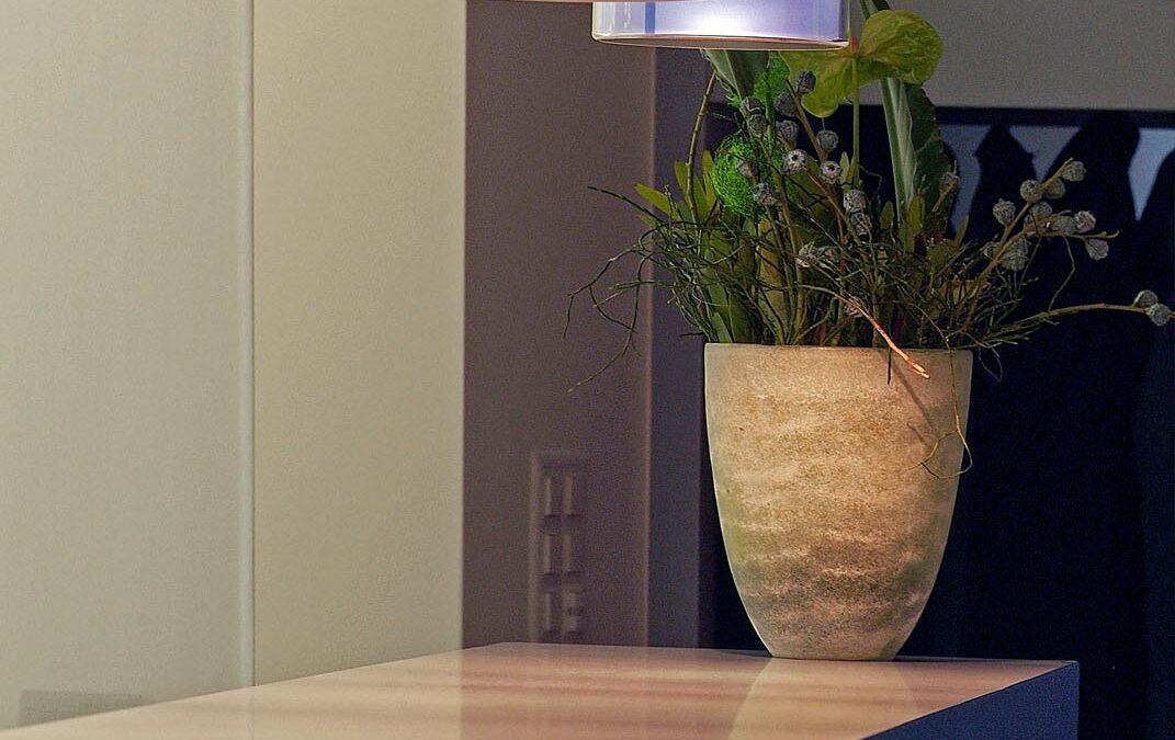Ein repräsentativer Empfang mit einem Möbel auf Mass und einer gezielten Lichtführung